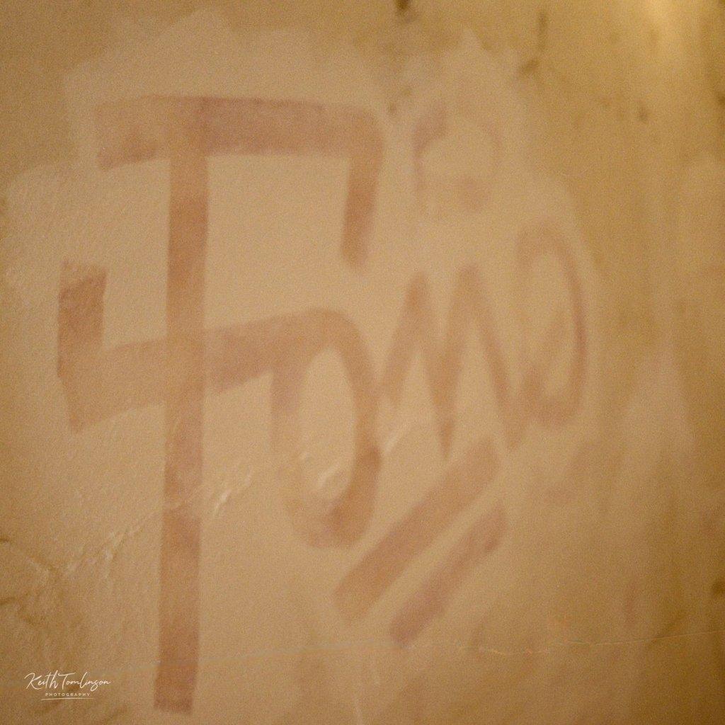 Graffiti on a wall that reads fomo